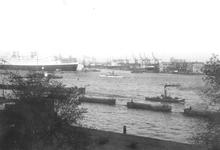 1986-1279 Gezicht op de Nieuwe Maas, op de achtergrond de Wilhelminakade met de toegang tot de Rijnhaven, links het ...