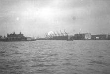 1986-1284 Gezicht op de Nieuwe Maas, met de toegang tot de Rijnhaven. Gezien vanaf de Westerkade..