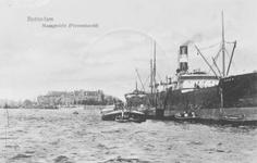 1986-1402 Vrachtschip Zora wordt gelost op de ankerplaats op de Nieuwe Maas nabij het Prinsenhoofd.Op de achtergrond ...
