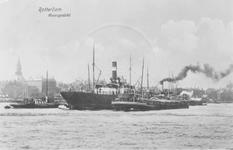 1986-1404 Engels vrachtschip op de ankerplaats op de Nieuwe Maas nabij het Prinsenhoofd.Op de achtergrond de Boompjes.