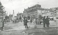 1986-1410 De Coolsingel bij het Calandplein.Links het Calandmonument, rechts winkelgalerij de Passage, gezien vanaf de ...