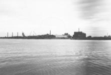 1986-1909 De Nieuwe Maas met op de achtergrond fabrieken op de Vondelingenplaat.