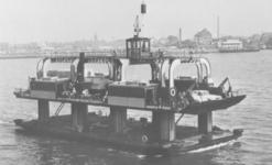 1986-1914 De Nieuwe Maas met het wagenveer tussen Vlaardingen en Vondelingenplaat.Op de achtergrond het Vlaardingen.