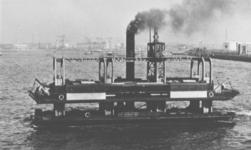 1986-1915 De Nieuwe Maas met het wagenveer tussen Vlaardingen en Vondelingenplaat.
