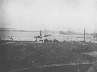 1986-20 De Nieuwe Maas, gezien vanaf omgeving Parkhaven.