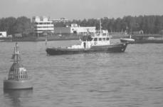1986-2286-TM-2290 De Nieuwe Maas tussen Pernis en Schiedam, gezien vanaf het Pernisse Hoofd.Van boven naar beneden ...