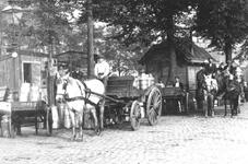 1986-240 Paard en wagens met melkbussen op de melkmarkt aan de Coolvest.