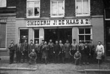 1986-242 Het personeel van smederij JB de Haas & zn. op nummer 41 aan de Elisabethstraat.Rechts C.M.A. de Goeij ...