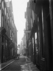 1986-2442 De Korte Pannekoekstraat in de richting van de Nieuwemarkt.