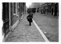 1986-2445 Gezicht op de Bloemkwekersstraat met op de achtergrond de Gaffeldwarsstraat.
