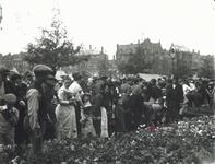 1986-2456,-2457 Bloemenmarkt op de Coolsingel, vermoedelijk tijdens Pinksterdrie.Van boven naar beneden afgebeeld:- ...
