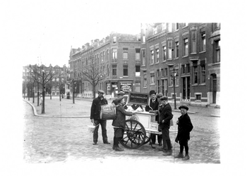 1986-2633 IJsverkoop in de Schermlaan. Rechts de Jan Porcellisstraat en op de achtergrond de Claes de Vrieselaan.