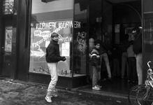 1986-282 Winkel aan de Nieuwe Binnenweg 443 verkoopt vuurwerk.