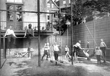 1986-334-EN-335 Interieurs van het Kinderhuis van de Nederlandse Hervormde Gemeente in de Van Speykstraat 149.Afgebeeld ...