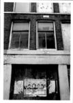 1986-405 Gezicht op het dichtgetimmerde pand aan de Drievriendenstraat 40 met een Turkse affiche op het hout.