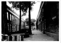 1986-409 Gezicht op de Drievrendendwarsstraat met op de achtergrond de Anna Paulownastraat vanuit de Drievriendenstraat.