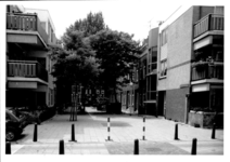 1986-413 Gezicht op de Drievrendendwarsstraat met op de achtergrond de Drievriendenstraat. Op de voorgrond Anna ...