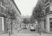 1986-422 Gezicht op de Akeleistraat, vanaf de Zijdewindestraat. Op de achtergrond de Bloemstraat.