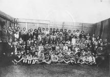 1986-585 Groepsfoto vooramamelijk van de Joodse kinderen en kinderwijzers poseren voor de kamera in de Helmersstraat.