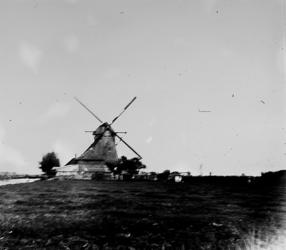 1986-663 De nog bestaande waterrmolen van de polder Berkel. Uit het westzuidwesten.