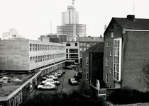 1986-765 De Bagijnenstraat.Op de achtergrond het World Trade Center in aanbouw,gezien vanaf het spoorwegviaduct.