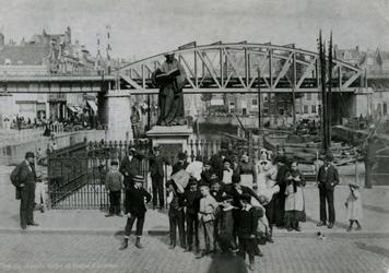1986-818 Standbeeld van Erasmus op de Grotemarkt.Op de achtergrond de Steigersgracht en de spoorbrug en viaduct.