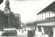 1987-116 Het Beursplein, met links de Beurs en rechts Station Beurs.