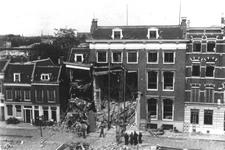 1987-136 Gezicht op door een voltreffer van 17-8-1941 getroffen huis en naastgelegen pand aan de Schiekade nr. 164 en ...