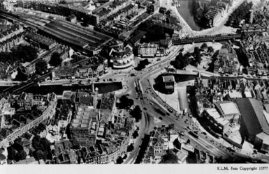1987-1671 Luchtopname van het Hofplein en omgeving, uit het westen.