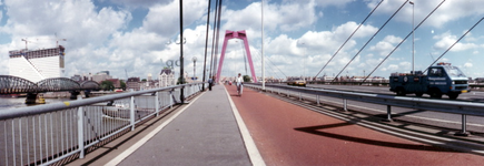 1987-1740 De Willemsbrug over de Nieuwe Maas, links de spoorbrug. Aan de overzijde het Witte Huis, uiterst links de ...