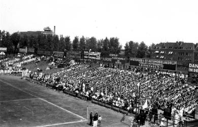 1987-1978 Gezicht op een gymnastiekdemonstratie op het Spartaterrein. In het Spartastadion. Op de achtergrond de Van ...