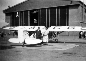 1987-1981 Gezicht op het terrein van het vliegveld Waalhaven, met een vliegtuig voor de hangar.