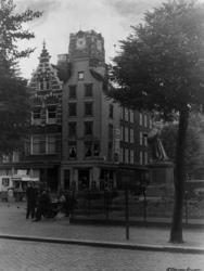 1987-250 De Grote Markt met het standbeeld van Erasmus; met de toren van de Sint-Laurenskerk op de achtergrond. Aan de ...