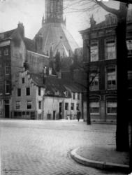 1987-256 Gezicht op de Gedempte Glashaven bij de Jodensteeg, op de achtergrond de Zuiderkerk.