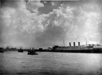 1987-266 Maasgezicht aan de Wilhelminakade, met het grote passagiersschip de Statendam van de Holland Amerika Lijn.