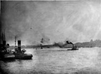 1987-268 Gezicht op de Nieuwe Maas met de Maasbruggen en links sleepboten aan het Leuvehoofd.