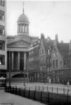 1987-281 Gezicht op de Gedempte Botersloot, op de achtergrond het oude stadhuis.