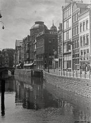 1987-286 Gezicht op de Steigersgracht vanaf de Grote Markt in de richting van de Wezenbrug en Vlasmarkt rechts.