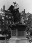 1987-290 Gezicht op het standbeeld van Erasmus op de Grote Markt.