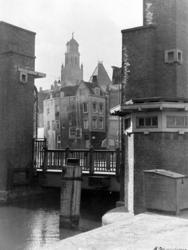 1987-298 Meentbrug over de Delftsevaart, op de achtergrond de toren van het stadhuis.