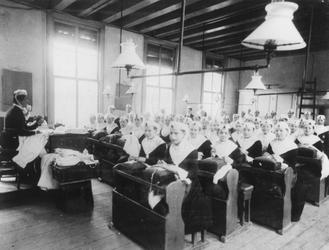 1987-656-TM-661 Meisjesafdeling van het Gereformeerd Burger Weeshuis aan de Goudsewagenstraat.Van boven naar beneden ...
