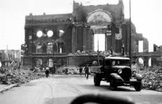 1987-706 Gezicht op de door het Duitse bombardement van 14 mei 1940 getroffen Botersloot met het stadhuis aan de ...
