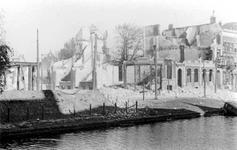 1987-733 Restanten van gebouwen aan de Mauritsweg bij de hoek van de Aert van Nesstraat, na het Duitse bombardement van ...