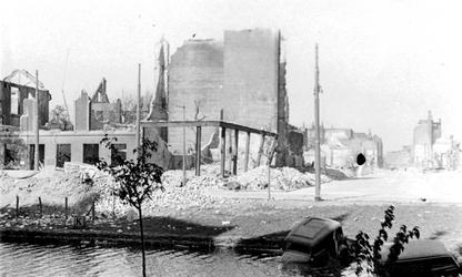 1987-7734 Restanten van gebouwen aan de Mauritsweg bij de hoek van de Aert van Nesstraat, na het Duitse bombardement ...
