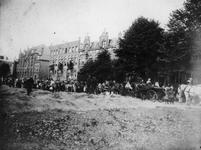 1987-856 Historische optocht te Delfshaven tijdens de kroningsfeesten in augustus/september 1898. De stoet opgesteld ...