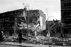 1988-1 Gezicht in de door het Duitse bombardement van 14 mei 1940 getroffen Savornin Lohmanlaan. Restanten van huizen ...