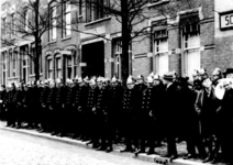 1988-104 Leden van de bereden brigade voor de ingang van het bureau in de Duivenvoordestraat.