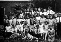 1988-1198 Groepsfoto van de openbare lagere school aan de zuidzijde van de Robert Fruinstraat 52.
