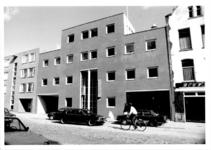 1988-1236 Gezicht op het politiebureau aan de oostzijde van de Duivenvoordestraat, nummer 136.