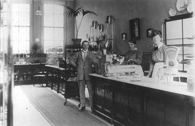 1988-3051 Personeel en directeur J.J. Leeman van brood- en banketwinkel Paul C. Kaiser aan de Coolsingel.